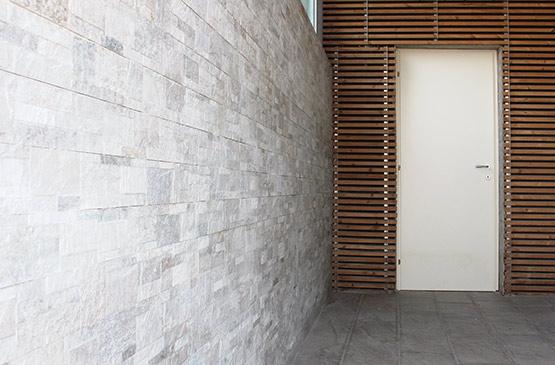 Rivestimenti per esterno - Piastrelle in sasso e pannelli legno